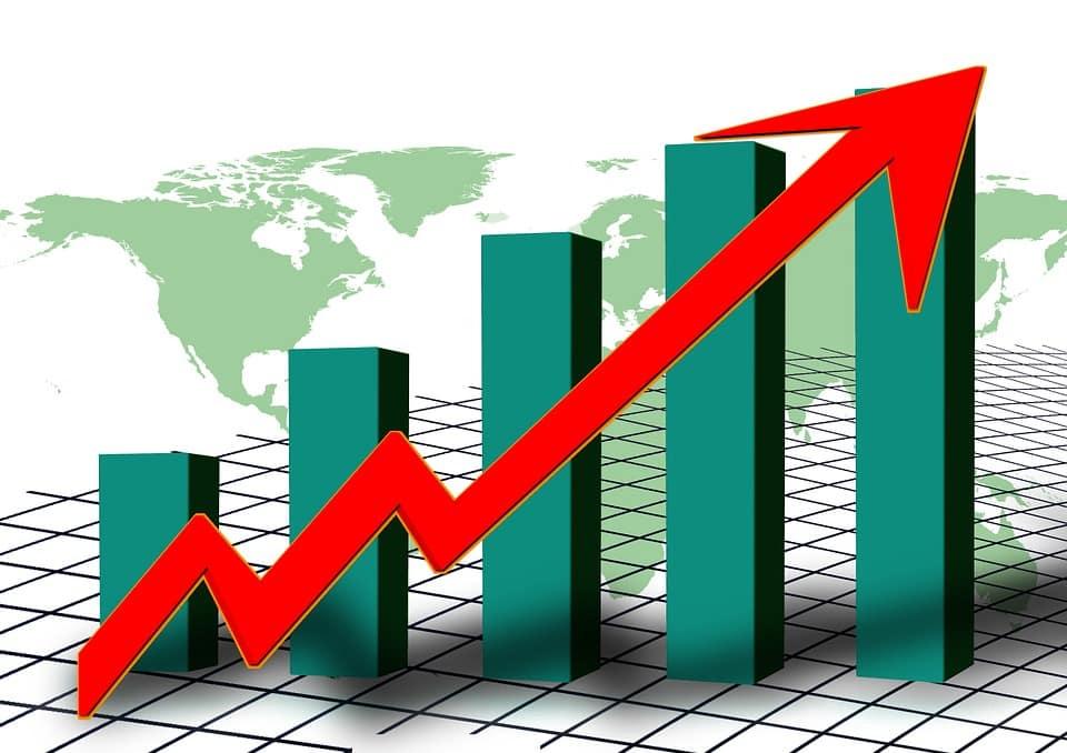 ZUS wspiera przedsiębiorców w walce z koronawirusem- wykres z czerwoną strzałka w górę przedstawiający statystki pandemii