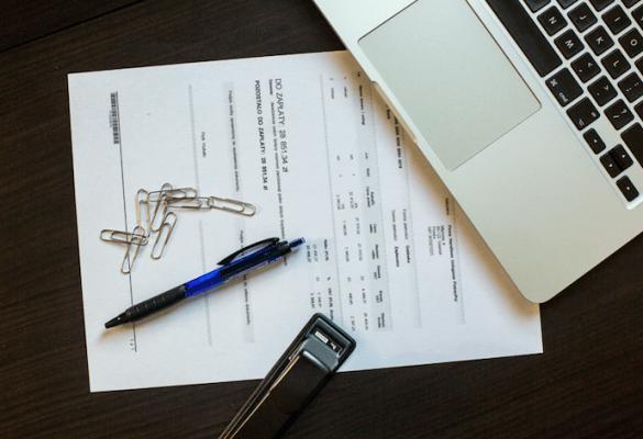 Termin sporządzenia sprawozdań finansowych za 2020 r. - laptop i dokumenty leża na stole