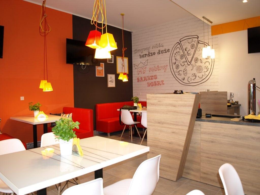 Ratunek dla gastronomii i rolnictwa - zwolniony z ZUS i PIT bon 500+ na posiłki dla pracowników -wnętrze pustej restauracji