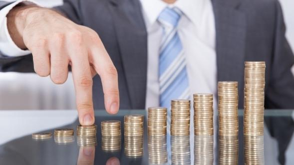 Inwestycje wprowadzają gospodarkę na ścieżkę stabilnego wzrostu - monety ustawione w słupkach rosnąco.