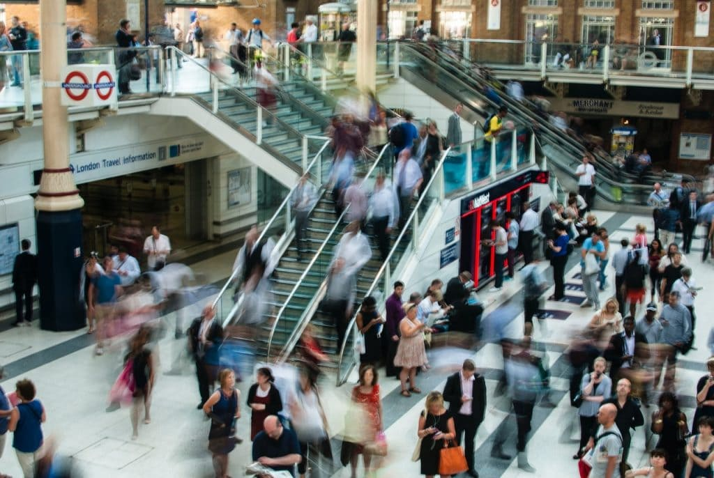 W którym kierunku rozwija się sektor handlowy? - ludzie w centrum handlowym