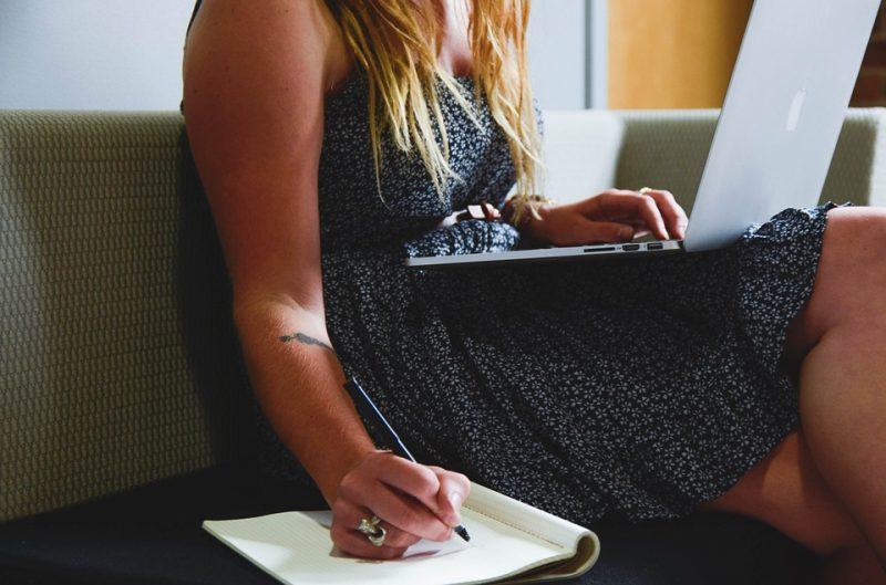 Mały ZUS Plus - czsu na zapisanie co raz mniej, zdjęcie kobieta laptop notes