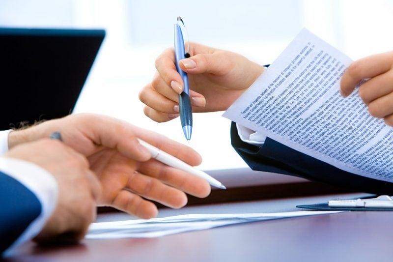 E-Faktura tuż tuż. Duże korzyści dla przedsiębiorców - męskie dłonie trzymają długopis