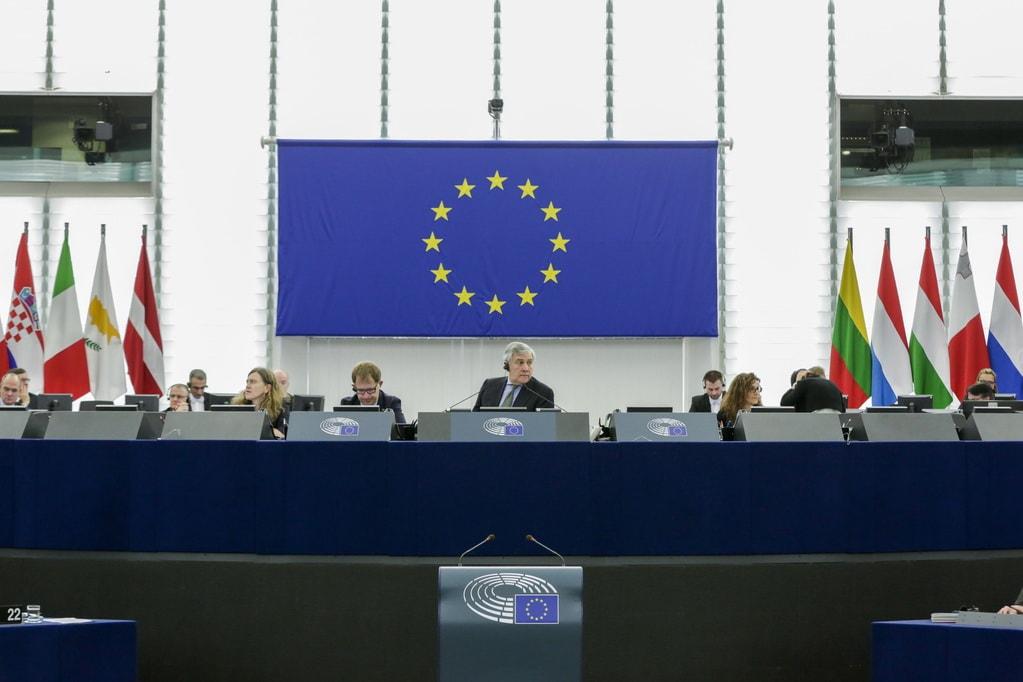 672,5 mld euro od PE na złagodzenie skutków pandemii - sala Parlamentu Europejskiego wypełniona ludzmi.