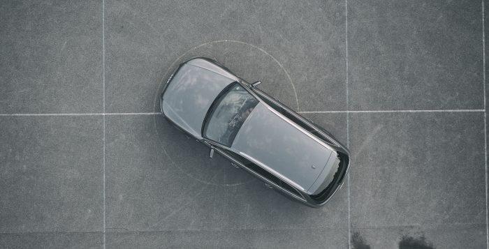 ujęcie z potwietrza na nowoczesny samochód
