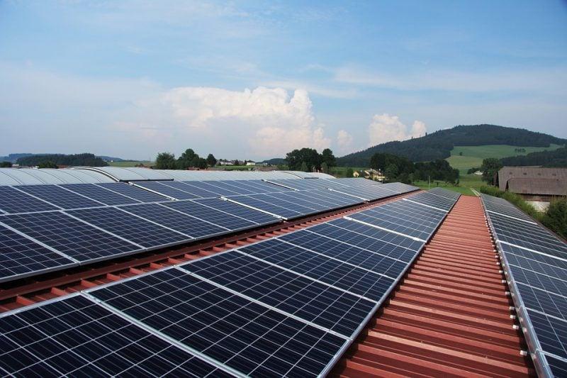Fotowoltaika coraz popularniejsza - dach a na nim panele słoneczne