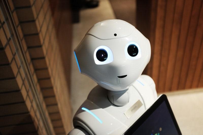 Eksperci alarmują: miliony miejsc pracy znikną po pandemii - biały robot w pomieszczeniu.
