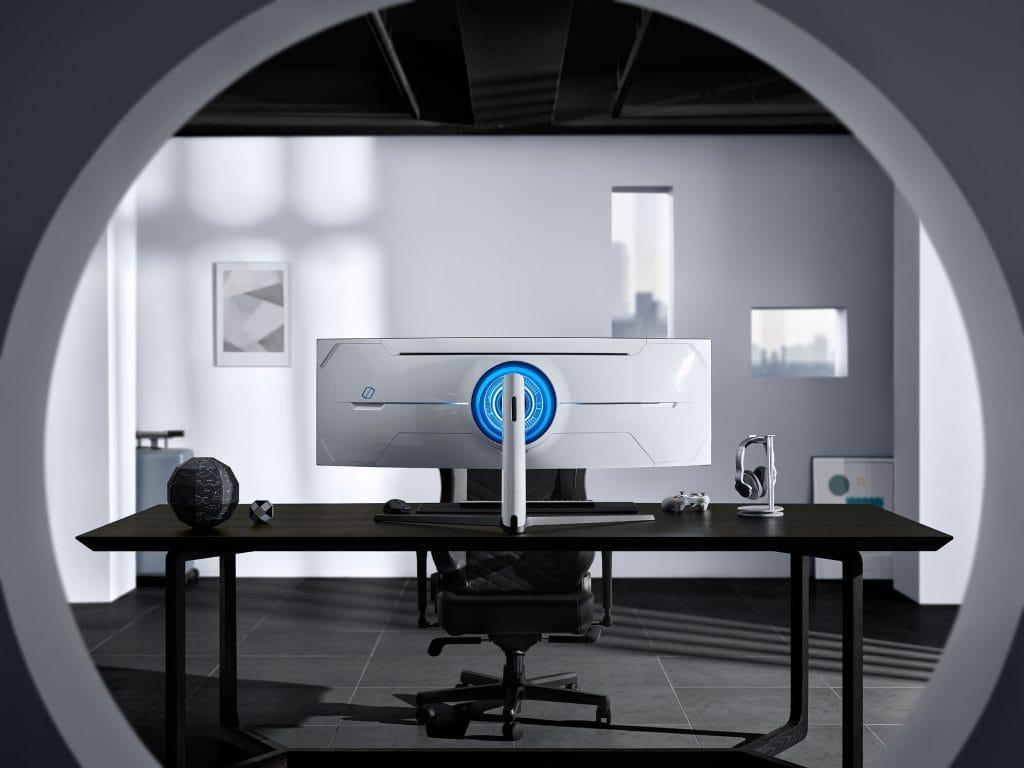 Moniitor Odyssey na biurku od tyłu