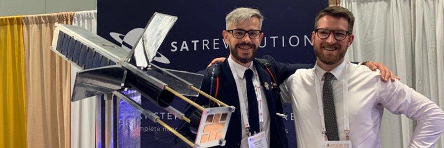 Polski satelita - 33 miliony z NCBIR na pierwszą konstelację - dwóch mężczyzn i satelita