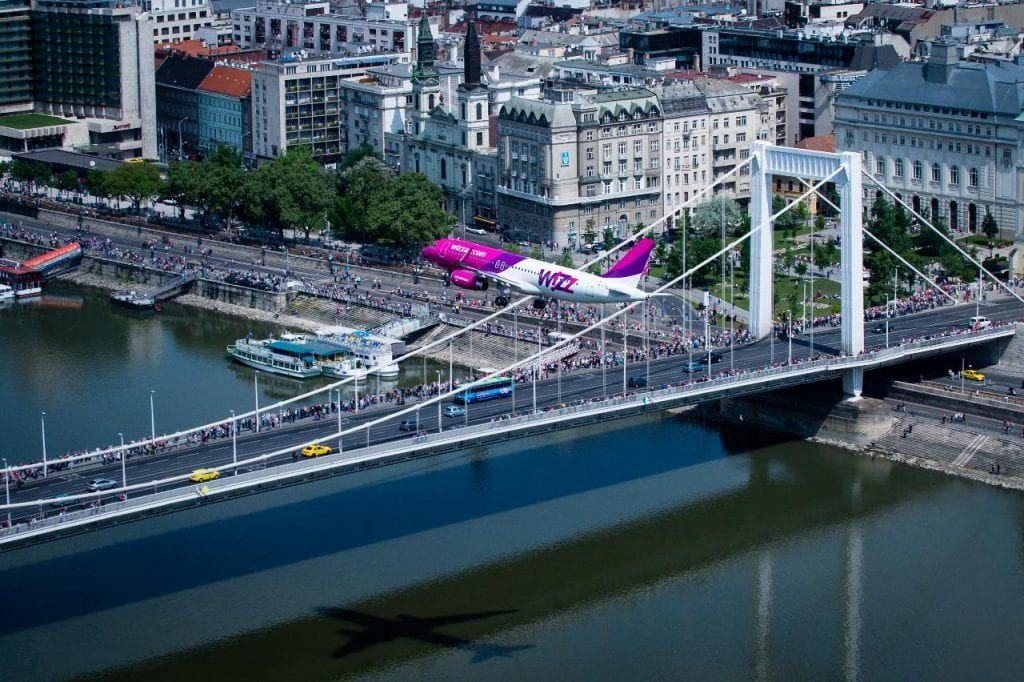 WIZZ AIR nowe trasy od czerwca - samolot nad mostem