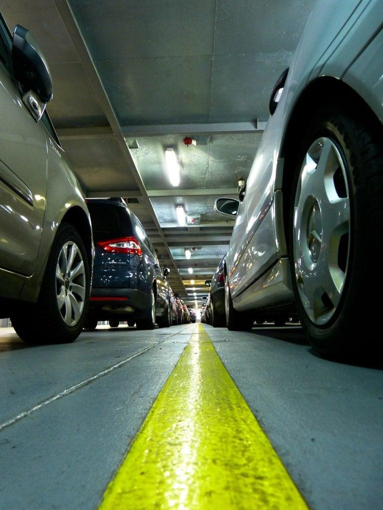 Pomagamy Polakom. 100 aut od Grupy PKO Leasing -auta na parkingu