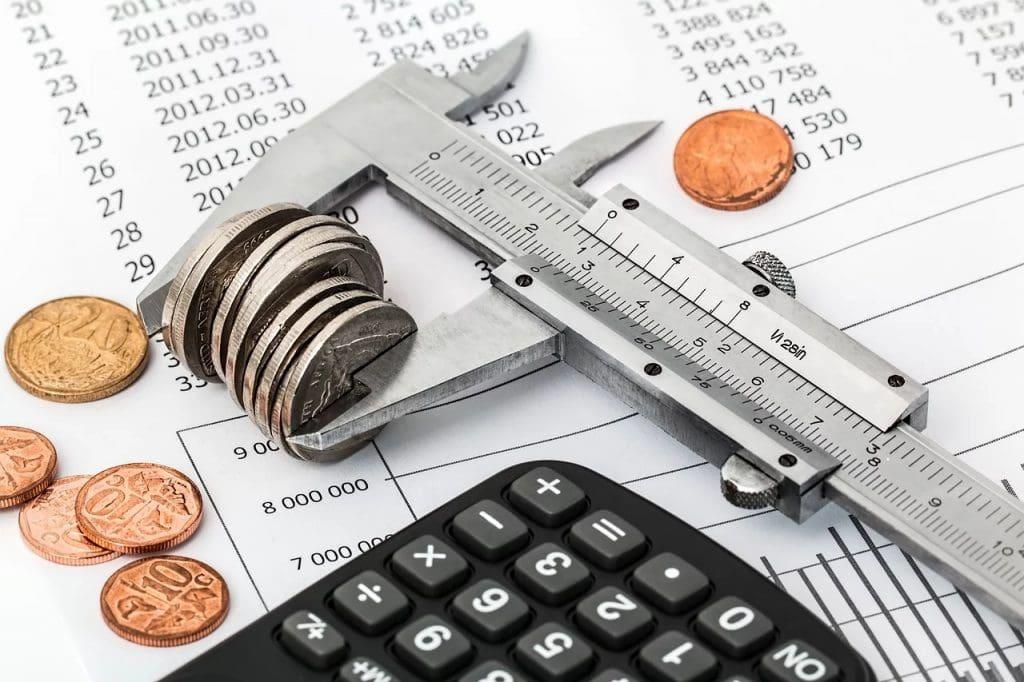 Wysokie ceny usług napędzają inflację - pieniądze, dokumenty i kalkulator leża na stole.