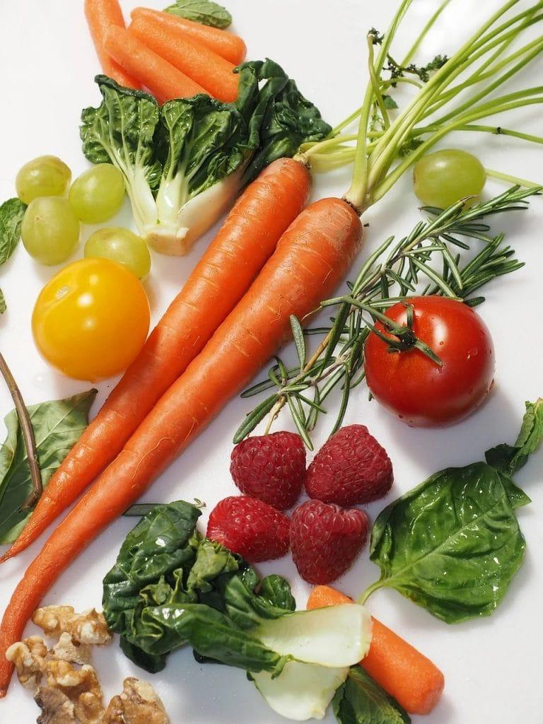 Zbilansowana dieta podnosi efektywność pracy -owoce i warzywa na blacie kuchennym