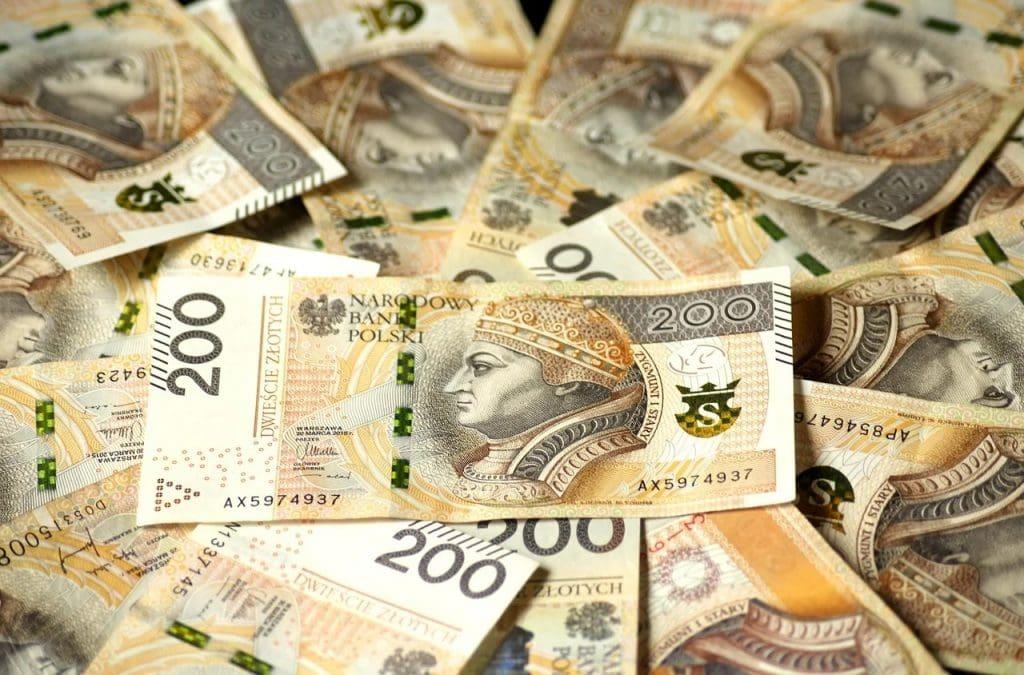Krynica Vitamin z nowym kontraktem wartym 10 mln zł - banknoty 200 złotowe leża luzem.