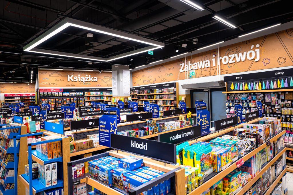 Sztuczna inteligencja pomaga Empikowi otwierać nowe salony - półki z książkami i zabawkami w sklepie.
