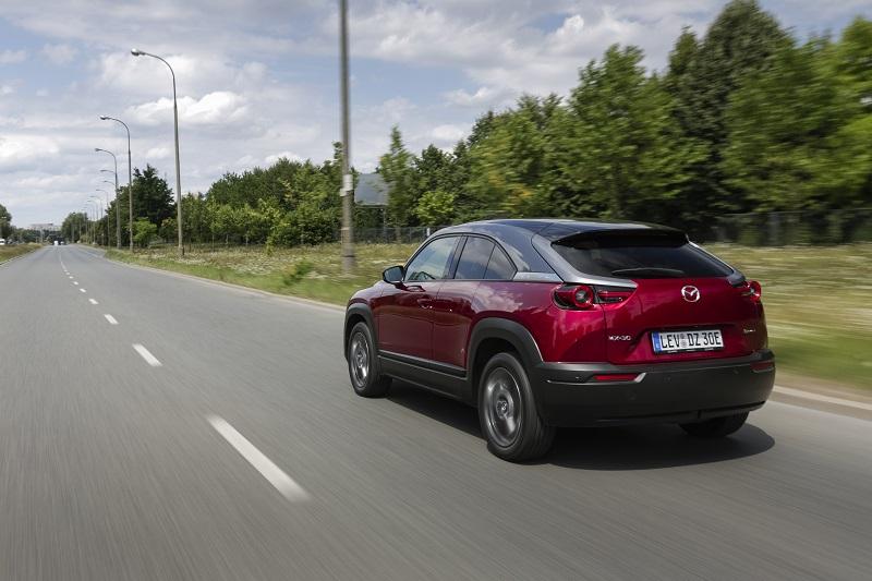 Pierwsza kobieta w historii Mazdy kierowcą testowym - czerwone auto Mazda jedzie po trasie.