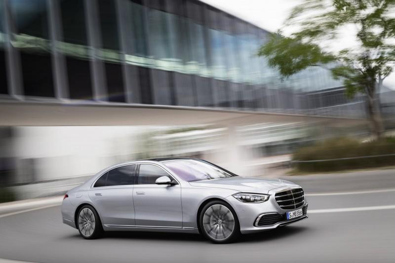Mercedes-Benz motoryzacyjną Top Marką 2020! - srebrne auto w ruch na drodze