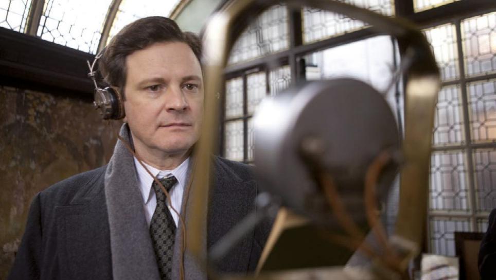 """Kinoteka HR człowieka """"Jak zostać królem"""" czyli """"nie chhh….cę, ale mmm…uszę"""" - mężczyzna w słuchawkach na uszach stoi przed mikrofonem."""