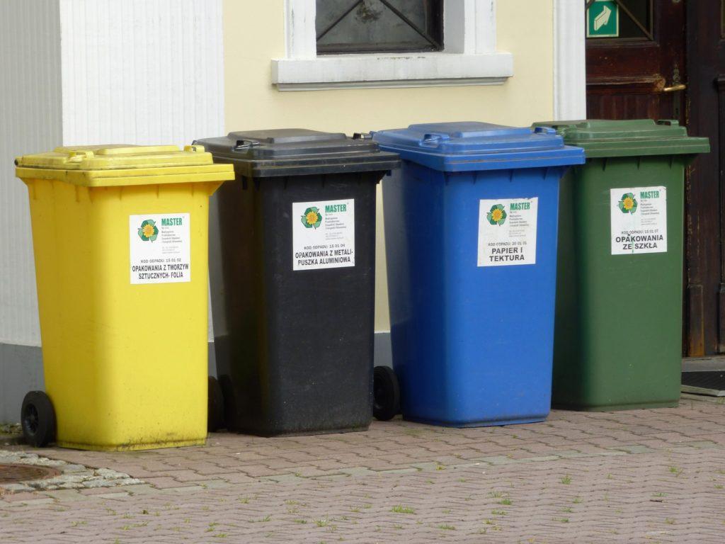 Obsługa nieruchomości, czyli kto i jak ma zadbać o przestrzeń wspólną - kosze do segregacji odpadów