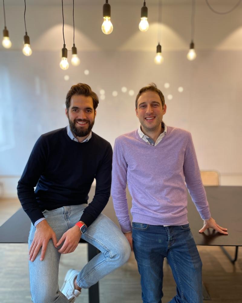 Start-up RYDES oferuje nową platformę usług mobilnych - dwóch mężczyzn siedzi na stole, założyciele firmy RYDERS