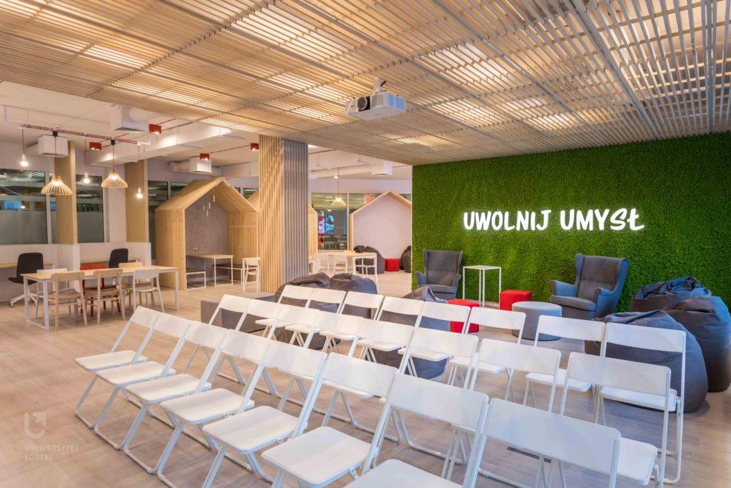Biblioteka UŁ z nowoczesną strefą coworkingową od Rossmanna- sala do nauki ze stolikami, krzesłami i pufami.