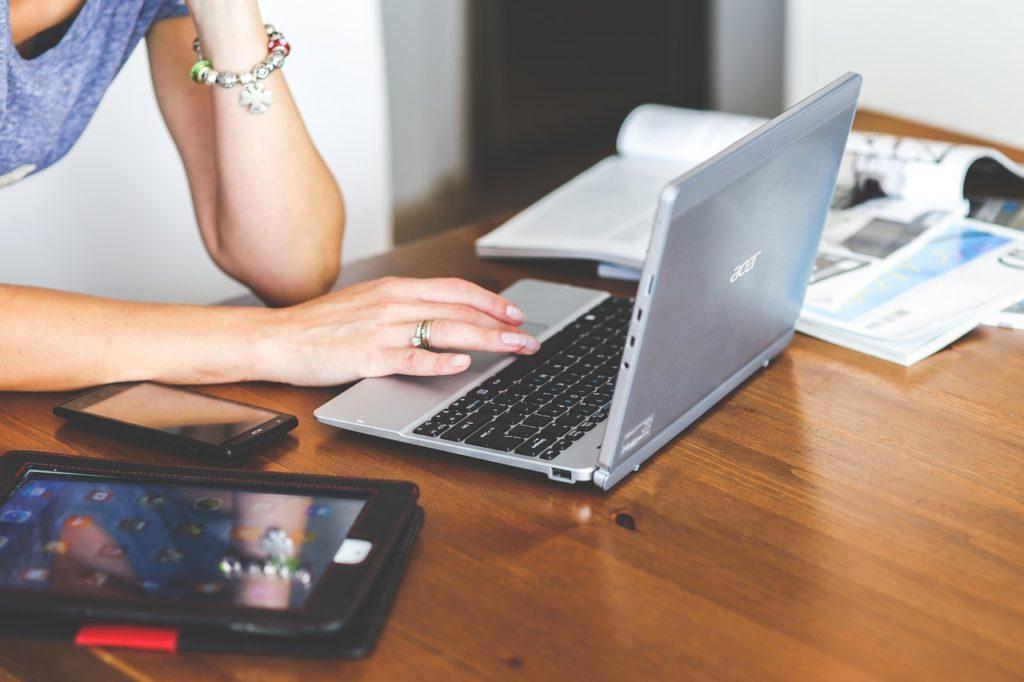 Posłowie PE walczą z ubóstwem pracujących w unii -kobieta pracująca zdalnie siedzi przed otwartym laptopem