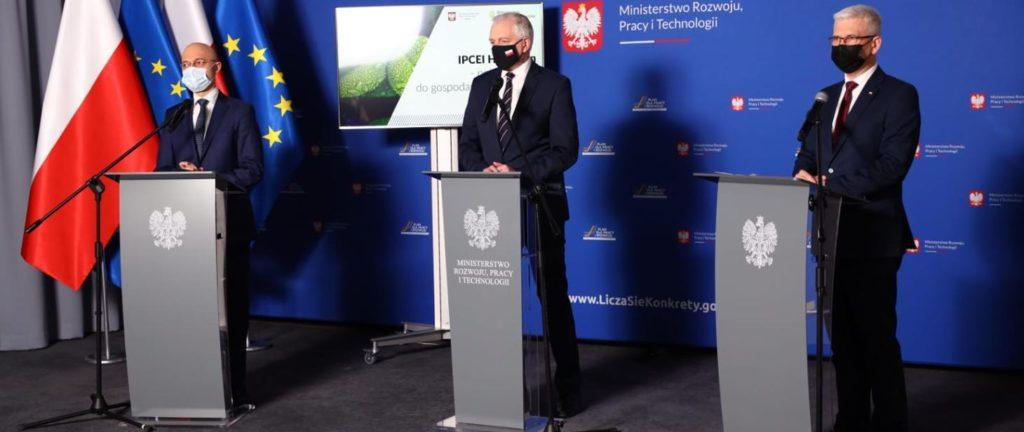 Czas na polskie technologie wodorowe - trzej mężczyzni stoją przy mównicach.