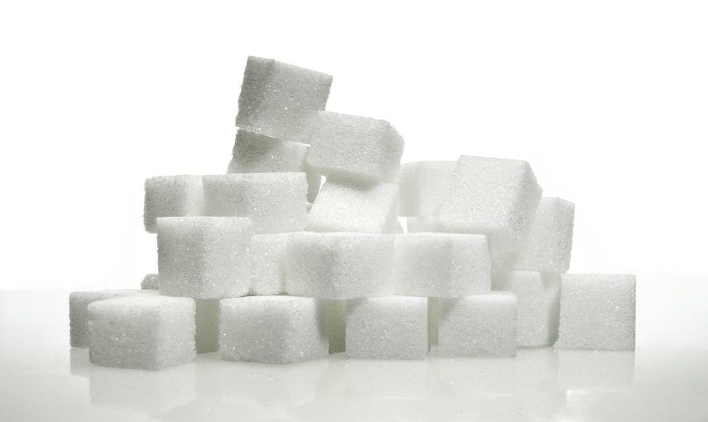 Podatek cukrowy wciąż budzi kontrowersje - kostki białego cuku.