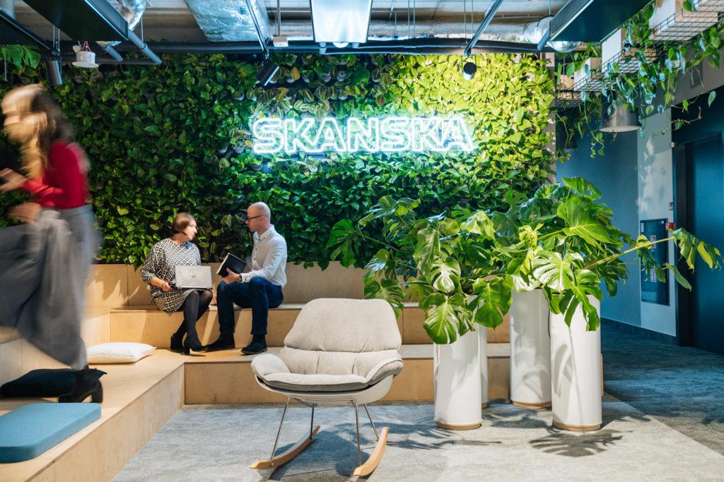 5 trendów i 4 modele. Oto rynek biurowy w nowej normalności - przestrzeń biurowa  z roślinami i nowoczesnymi meblami.