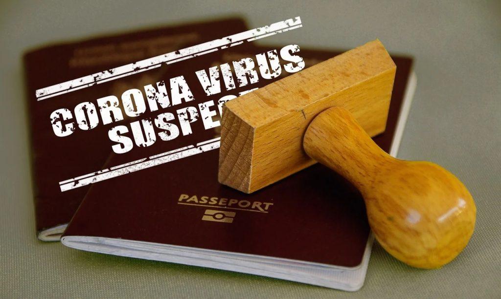 Paszporty szczepionkowe w UE już w czerwcu? - paszport i pieczątka
