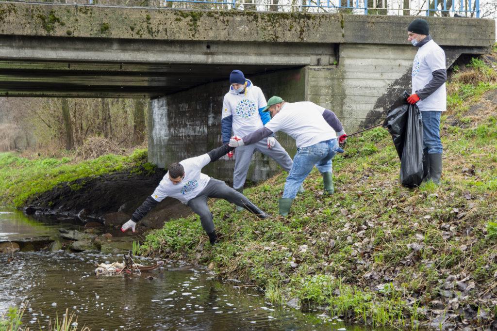 Operacja Czysta Rzeka – biznes płynie z ekologicznym nurtem - ludzie wyciągają zanieczyszczenia z rzeki.