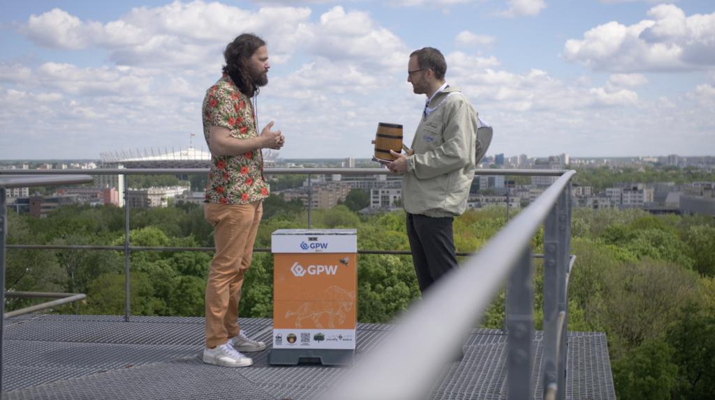 Giełda Papierów Wartościowych ma własną pasiekę- dwóch mężczyzn rozmawia na dachu GPW
