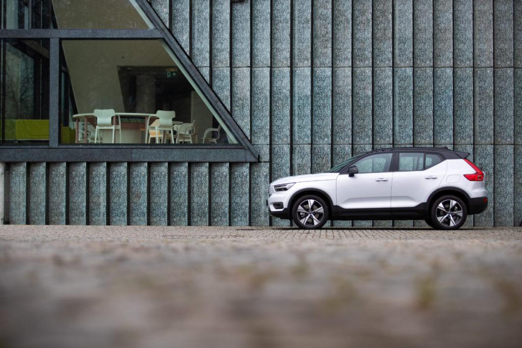 Sprzedaż globalna Volvo Cars rośnie. Które modele są hitem? - auto w kolorze białym  zaparkowane przed budynkiem.