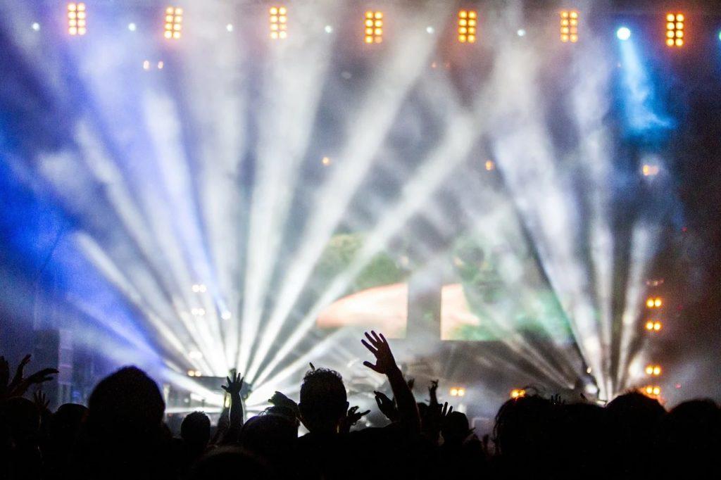 Sektor kultury otrzyma wsparcie z Unii Europejskiej - ludzie w hali na koncercie muzycznym