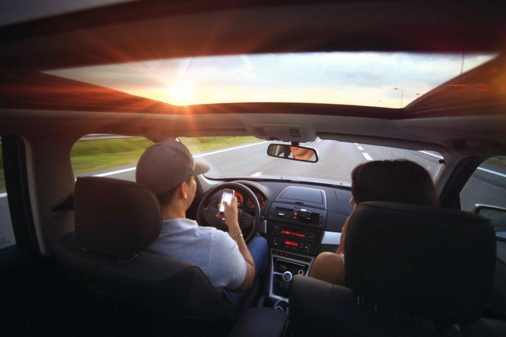 Darmowe przejazdy autostradą dla kierowców samochodów elektrycznych - kobieta i mężczyzna jada w aucie przez autostradę