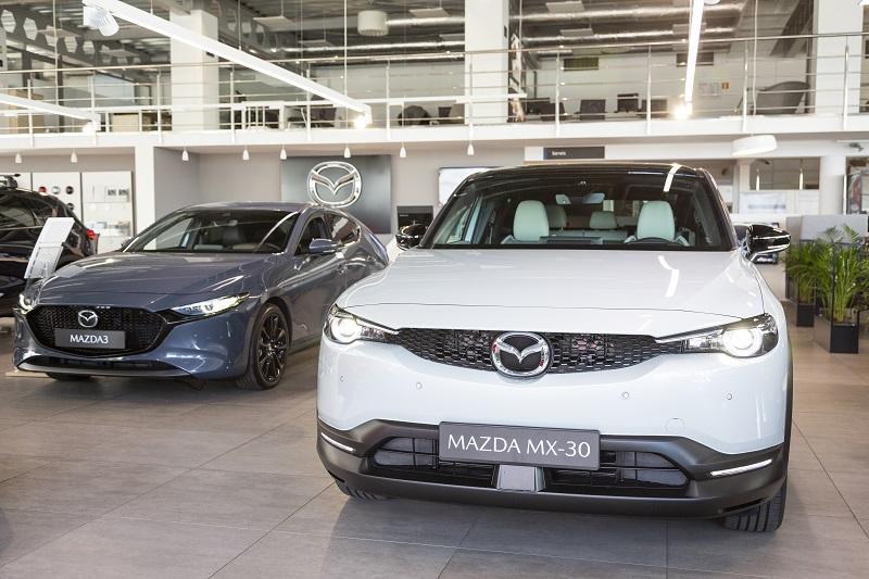 Mazda na wakacje - Experience Days w dniach 14 – 19 czerwca- dwa auta w salonie samochodowym