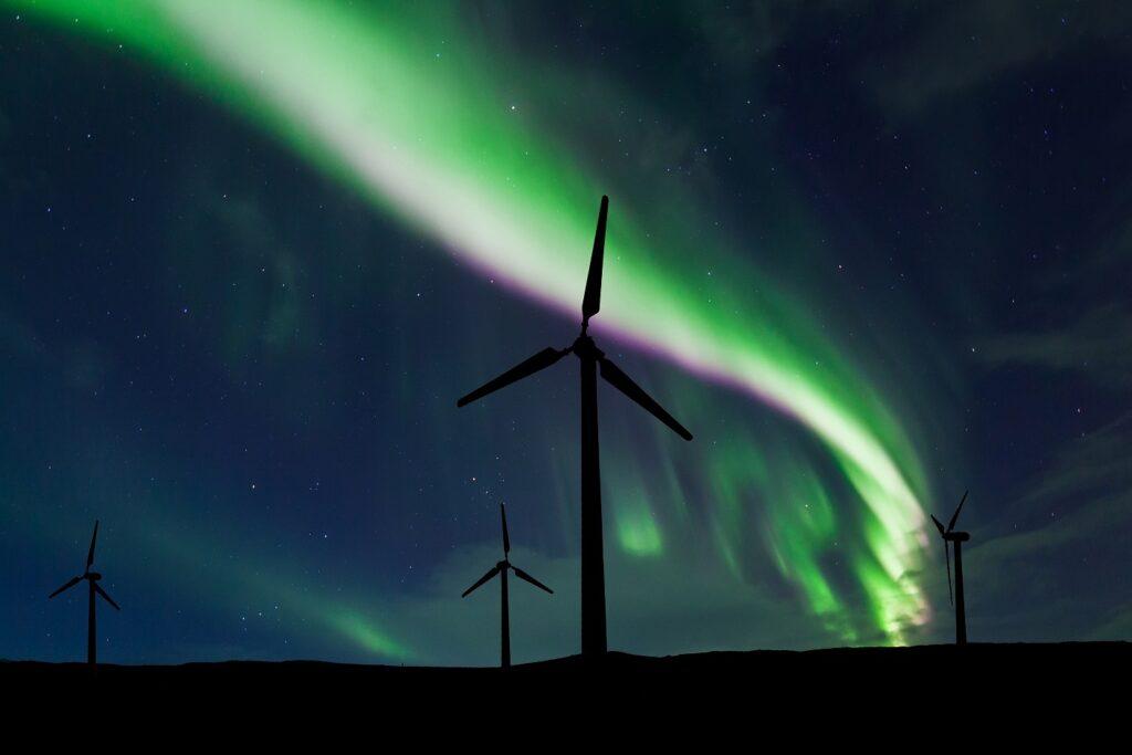 Globalne marki razem dla ochrony klimatu - farma wiatrowa nocą
