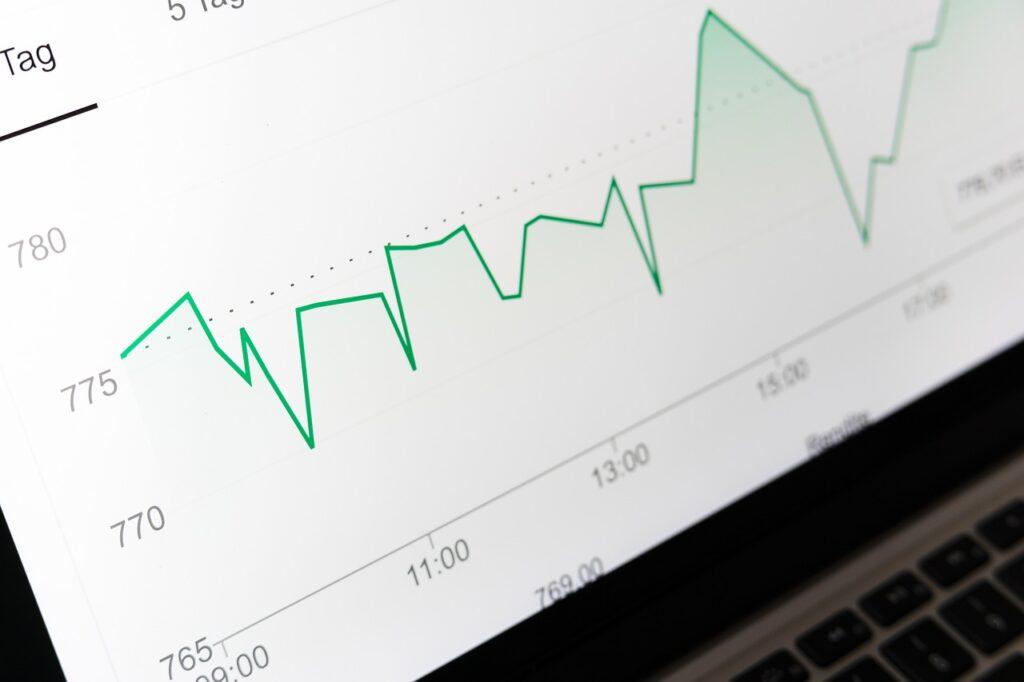 Inflacja najwyższa od ponad 10 lat - wykres na ekranie komputera/\.