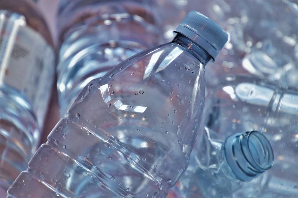 Koniec plastiku - tworzywa sztuczne znikają z rynku  - puste plastikowe butelki