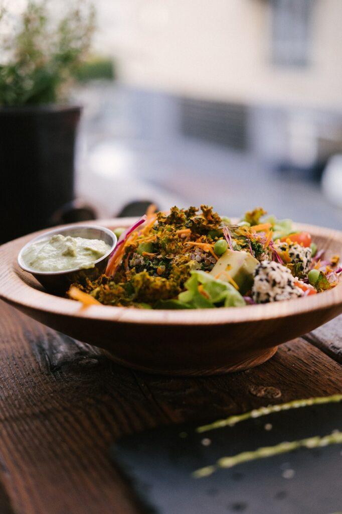 """Nowy model jedzenia """"na mieście""""- świeże powietrze i bez tłumów - posiłek na talerzu"""