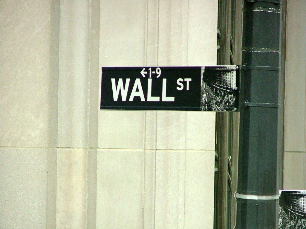 Rusza sezon wyników na Wall Street - drogowskaz na ulicy wskazujący Wall Street