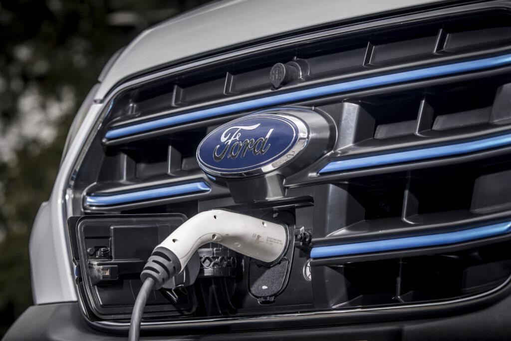 Elektryczny Ford E-Transit wjeżdża na europejskie drogi -elektryczne ładowanie auta