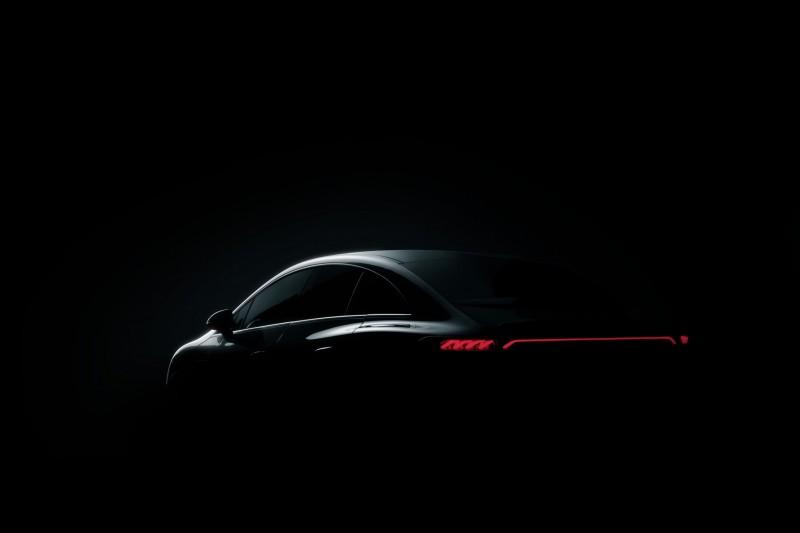 Premiera pięciu elektrycznych modeli Mercedes-Benz -  auto Mercedes Bezn zaparkowane w ciemności.