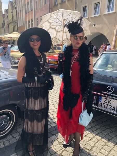 She's Mercedes na Pomorzu – spotkanie miłośniczek zabytkowych Mercedesów - kobiety w stoją w eleganckich strojach.