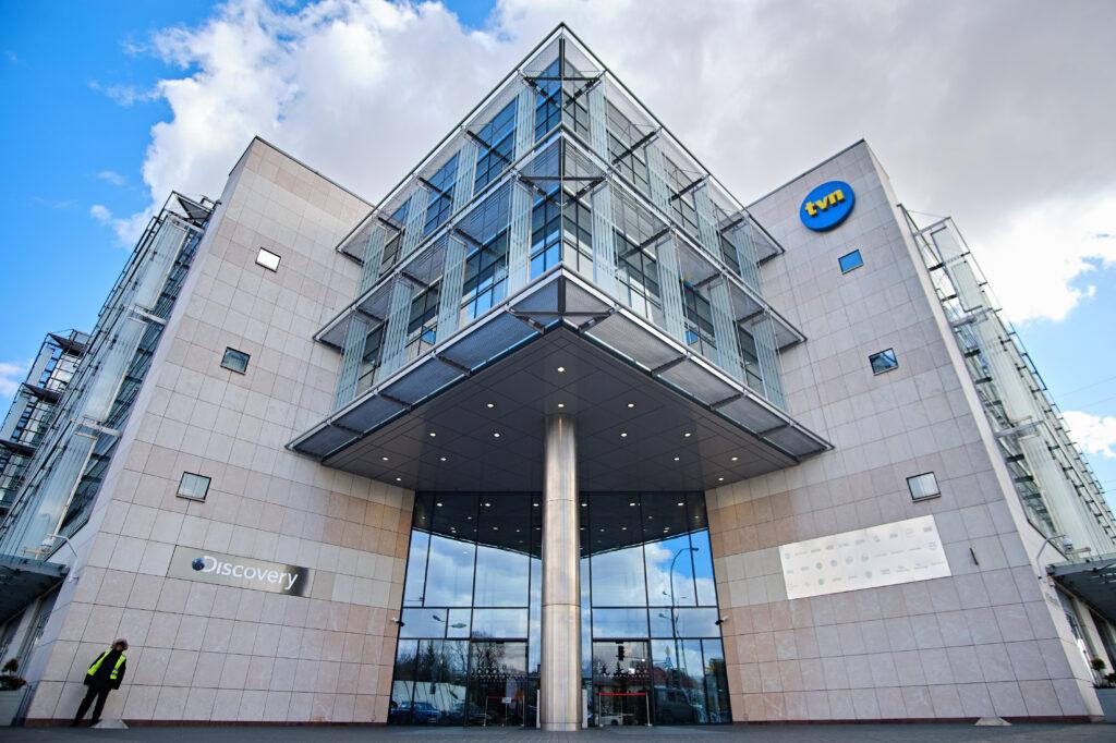 Lex TVN wyhamuje polską gospodarkę - wejście do dużego budynku.