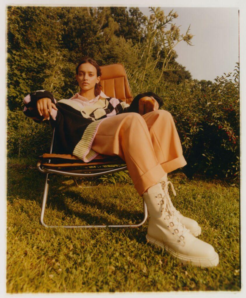 CCC stawia kolejny krok w kierunku natury - kobieta siedzi na leżaku w ogrodzie.
