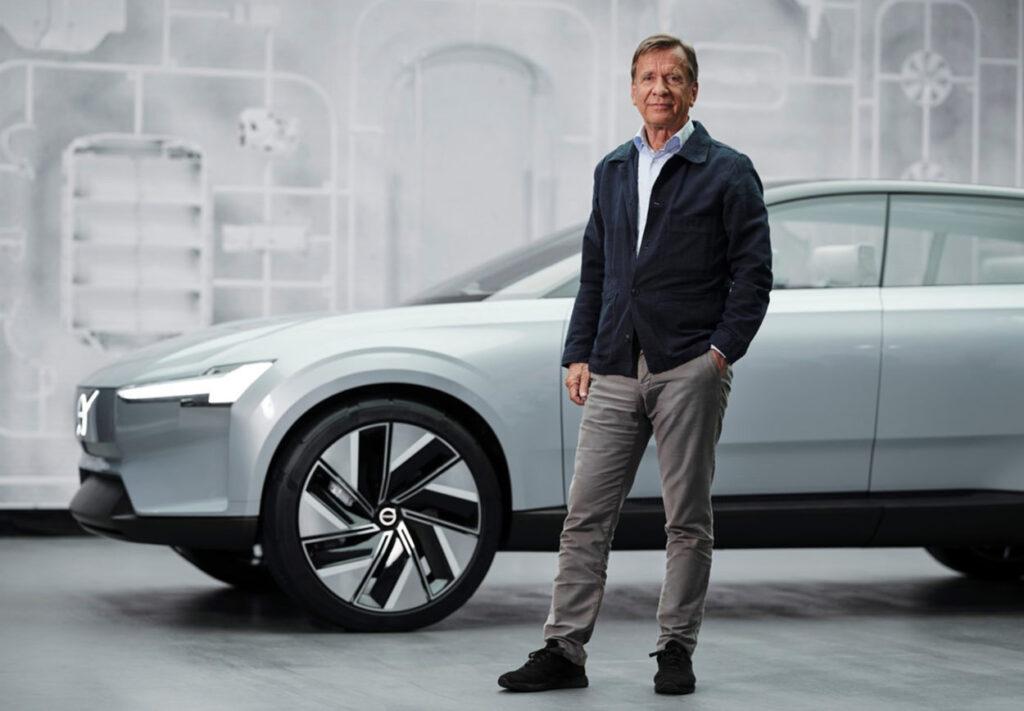 Rekordowe wyniki Volvo Cars - mężczyzna stoi na tle samochodu.