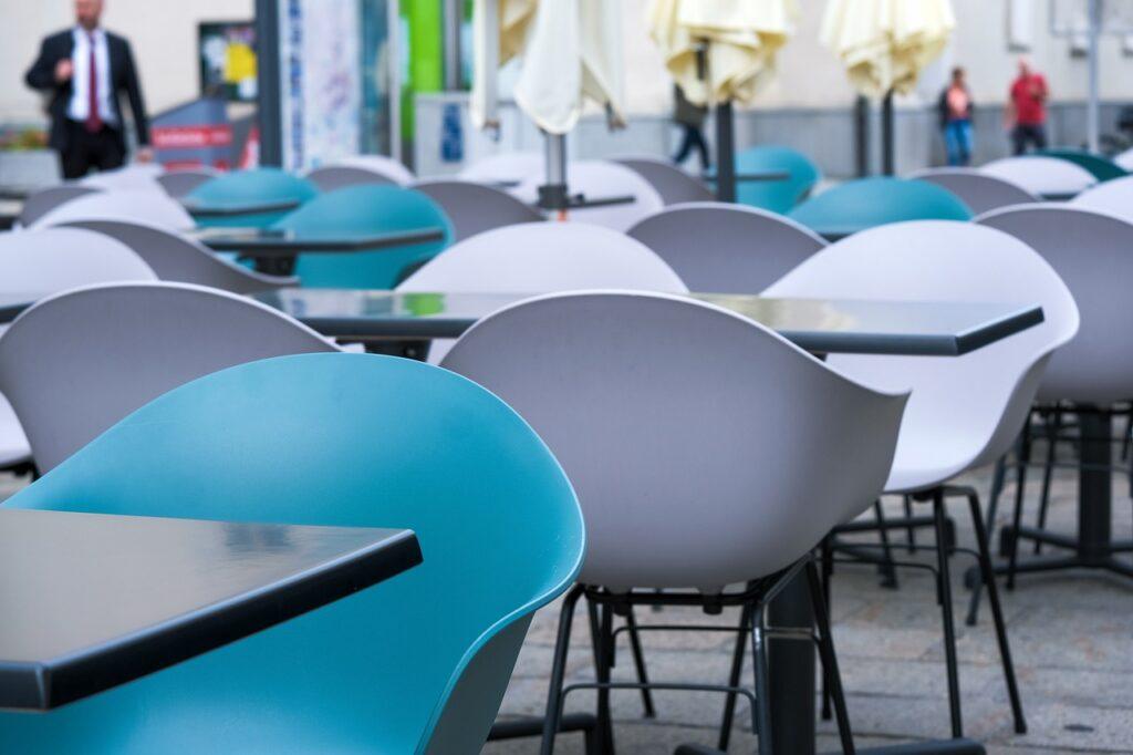 Czwarta fala pandemii - czy czeka nas spowolnienie gospodarcze? - puste stoliki przed restauracją.