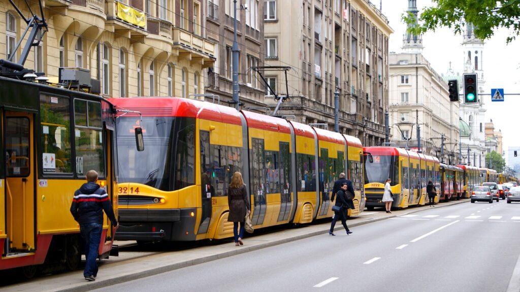 """Polacy jeżdżą """"na gapę"""" i nie płacą mandatów - żółte tramwaje stoją na torach w centrum miasta."""
