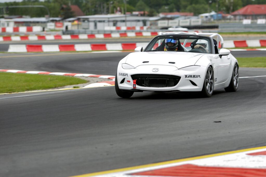 FIA Rally Star w Polsce z Mazdą MX-5 Cup! - auto na torze wyścigowym.
